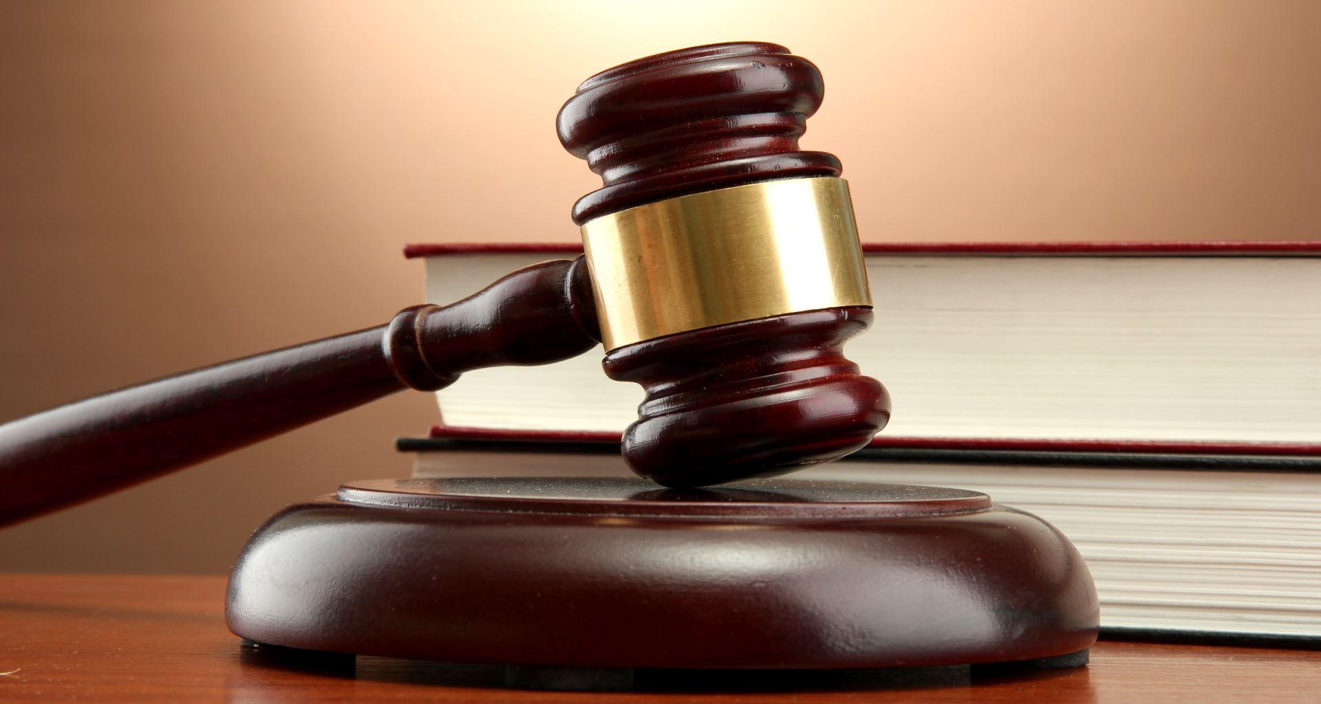 un giudice usa il martello per dare una sentenza